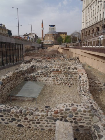 Ruiner med Sofias eneste moské i bakgrunnen.
