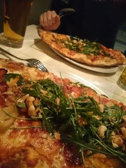 Pizza med (hold deg fast) banan og bacon! Helt fantastisk! På Skiffer.