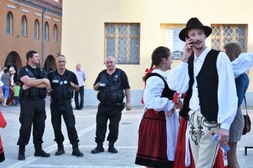 Politiet passer på at den tradisjonelle dansen går riktig for seg...