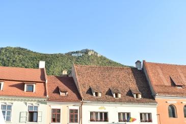 Brasov - med sine egne bokstaver i fjellsiden.