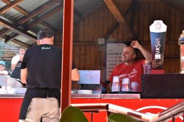 Man kommer opp på høyden med en gondol, og her er det en liten grill-kiosk med mat, drikke og is!