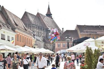 Markedsplassen med Den Sorte Kirke i bakgrunnen.