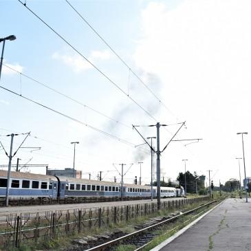 Vi står her og venta på toget / Vi står her og trør / Og venta på toget / (Halvdan Sivertsen) Toget var forsinket med 1,5 timer på grunn av uvær natten før.