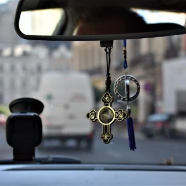 Taxi i Bucuresti. I Romania er de fleste ortokse kristne.